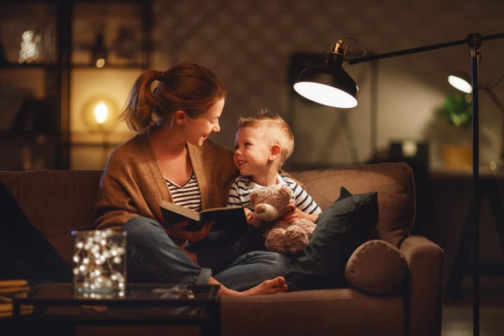 mor och son i soffa under strömavbrott