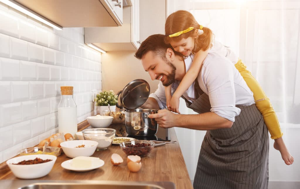 Far och dotter lagar mat.